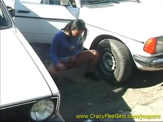 Orinando entre dos coches video de Sexo amateur