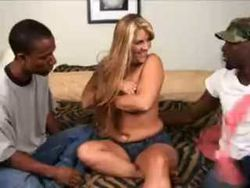 Trío interracial con rubia potente video Interracial