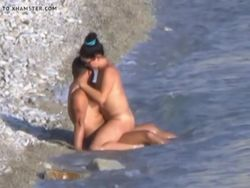 Sexo y pillada en una playa nudista video Pilladas
